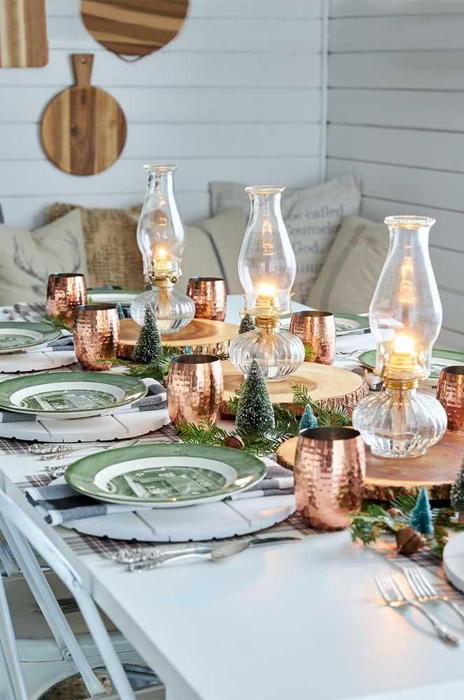 Mesa de natal simples decorada com ramos finos de festão