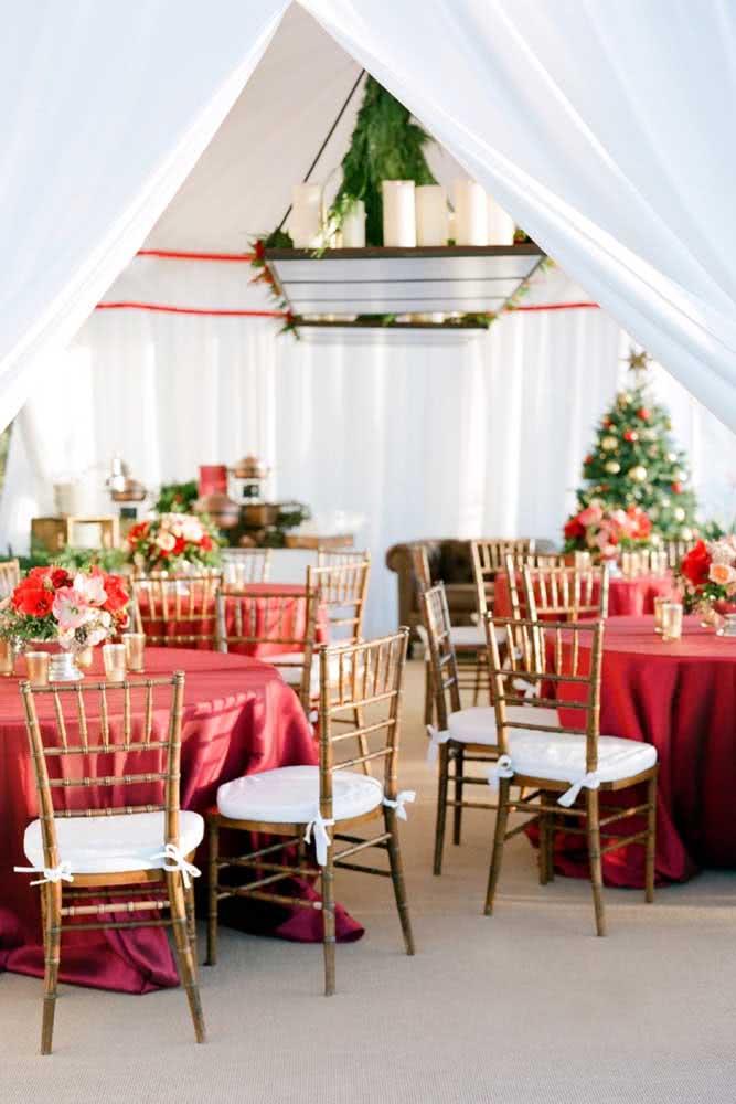 Já em uma decoração tradicional de natal, o festão é elemento indispensável