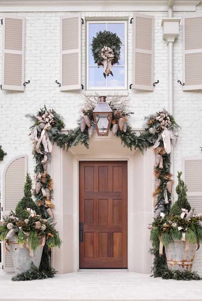 Fachada da casa decorada com festão