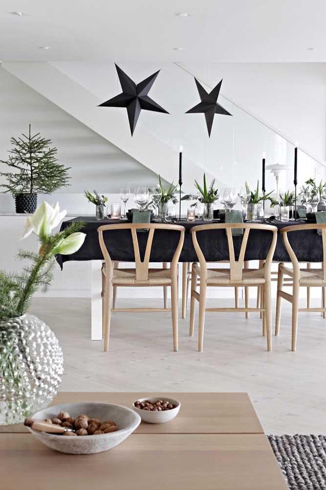 O festão verde traz o clima natalino para essa decoração em branco e preto