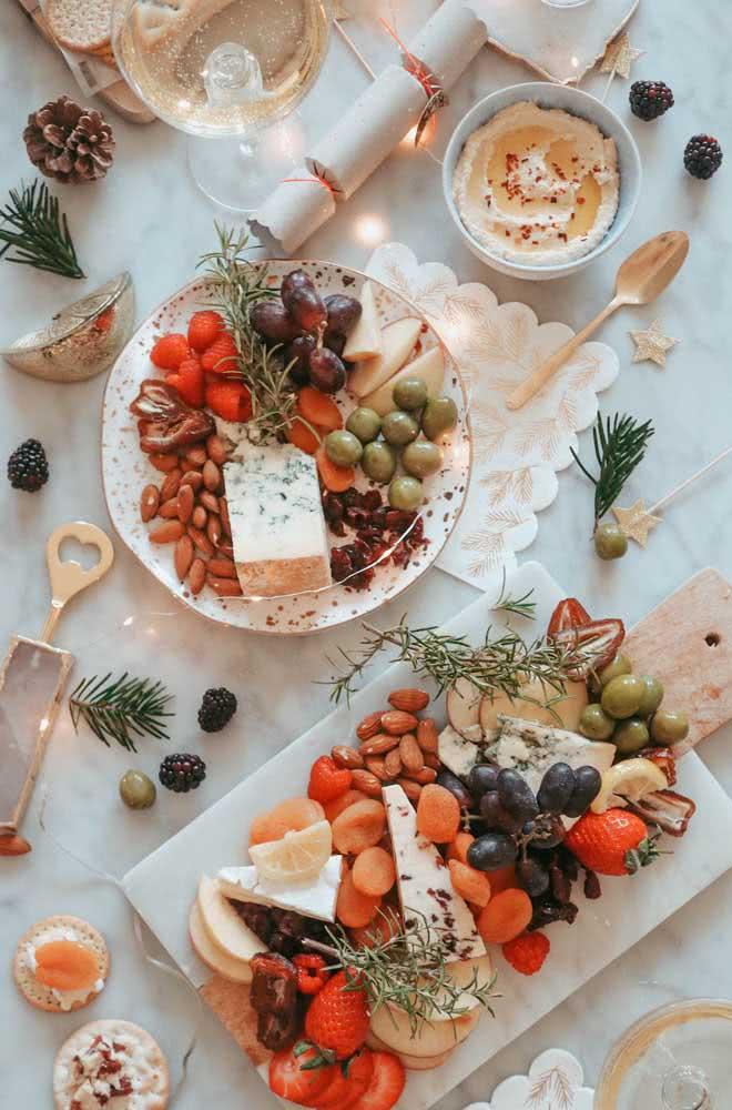 Ramos delicados de festão decoram a mesa posta de natal