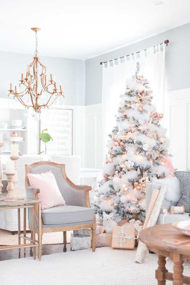 Árvore de natal branca valorizada pelo festão da mesma cor