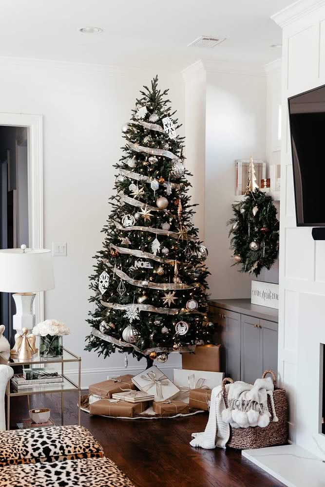 Use festão para dar volume a sua árvore de natal
