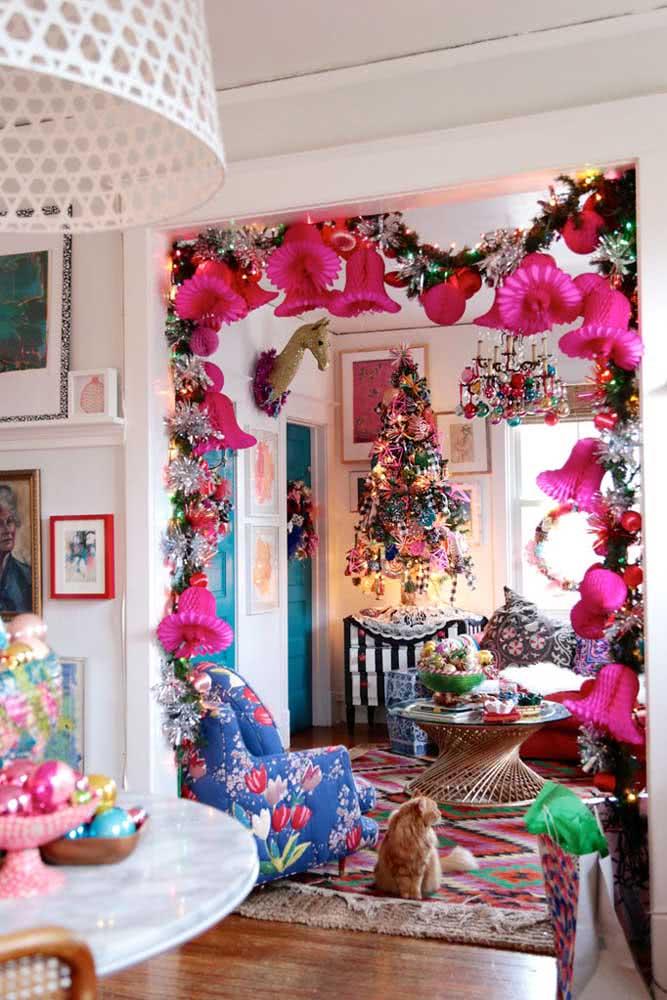 Crie um portal natalino em casa usando festão