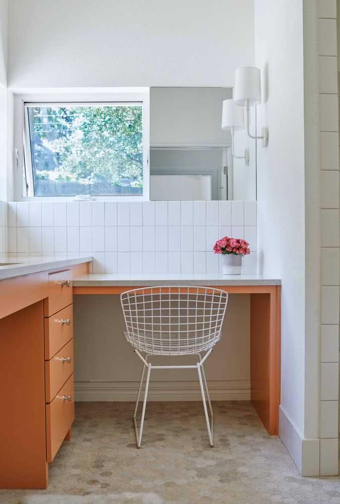 Cadeira Bertoia branca para garantir o toque moderno e de design ao home office simples
