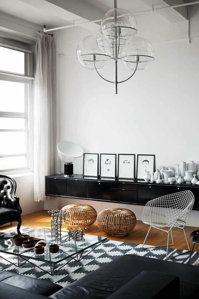 Sala de estar moderna decorada com poltrona Bertoia cromada