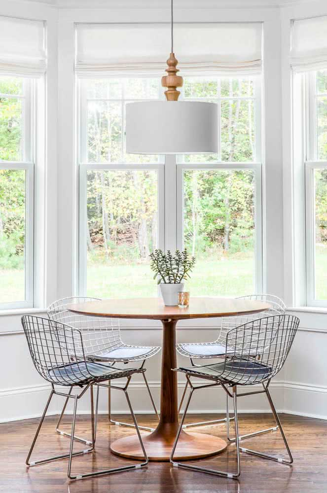 A cadeira Bertoia combina com móveis de todos os tipos: madeira, vidro, ferro, aço e por aí vai