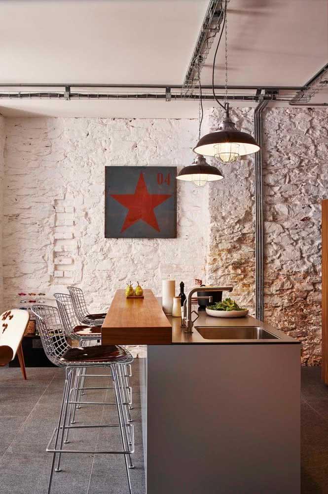 Cadeira Bertoia alta para a bancada integrada da cozinha