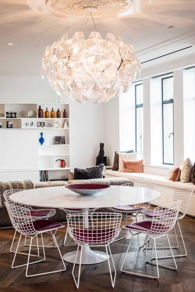 Você pode adequar a cor do estofado da cadeira Bertoia para que ele combine com a decoração