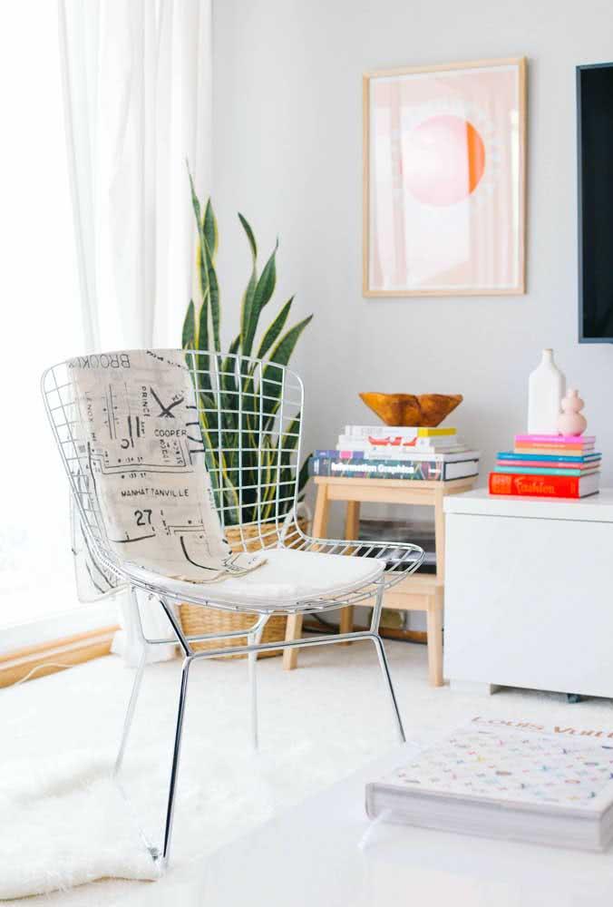 Cadeira Bertoia cromada em destaque na sala de estar