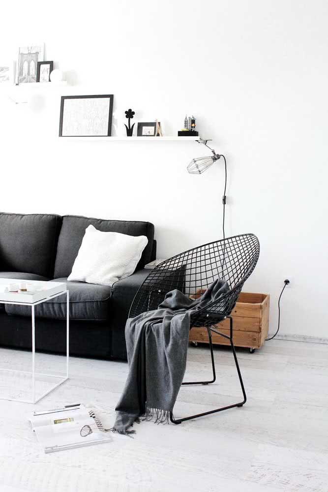 Sala minimalista decorada com cadeira Bertoia preta