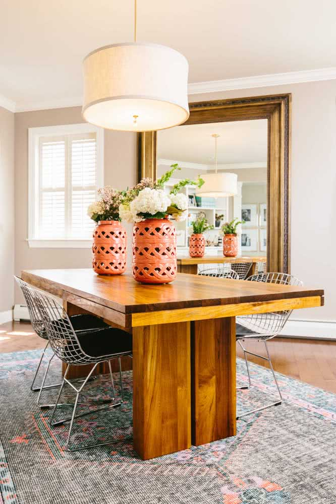 Contraste de estilos entre a cadeira Bertoia e a mesa de madeira