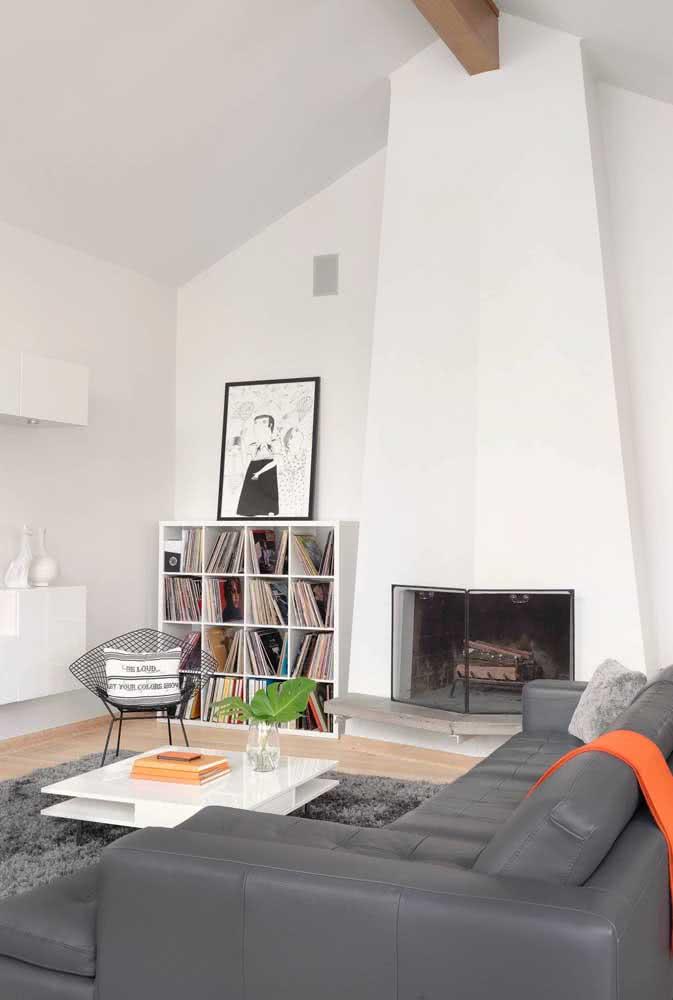 O destaque da sala de estar fica por conta da cadeira Bertoia