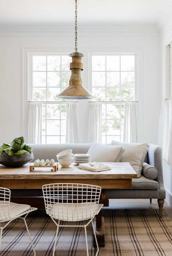 Cadeira Bertoia branca na sala de jantar