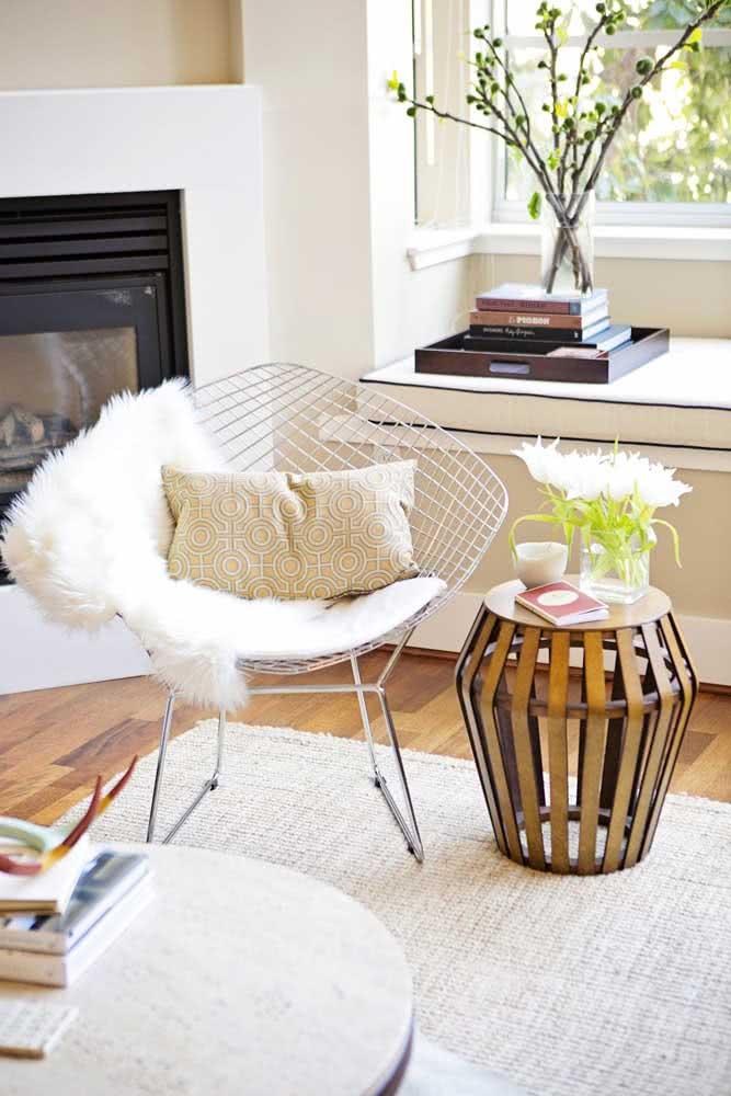 Poltrona Bertoia cromada na sala de estar elegante