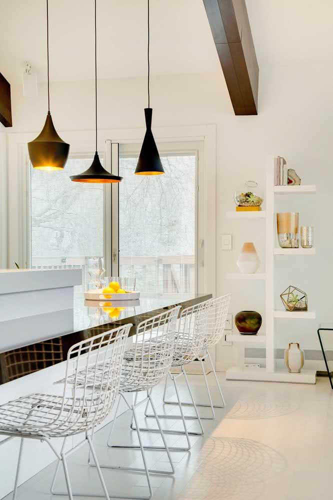 Cadeira Bertoia alta fazendo a integração entre a cozinha e a sala de estar