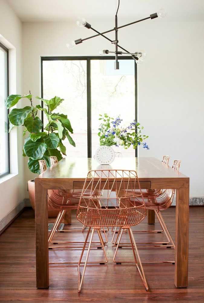 E na sala de jantar, nada melhor do que um conjunto de cadeira Bertoia bronze em contraste com a mesa de madeira rústica
