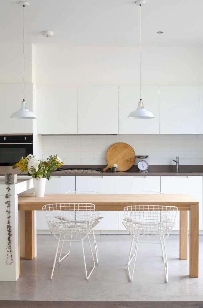 Cadeira Bertoia branca combinando com os armários da cozinha
