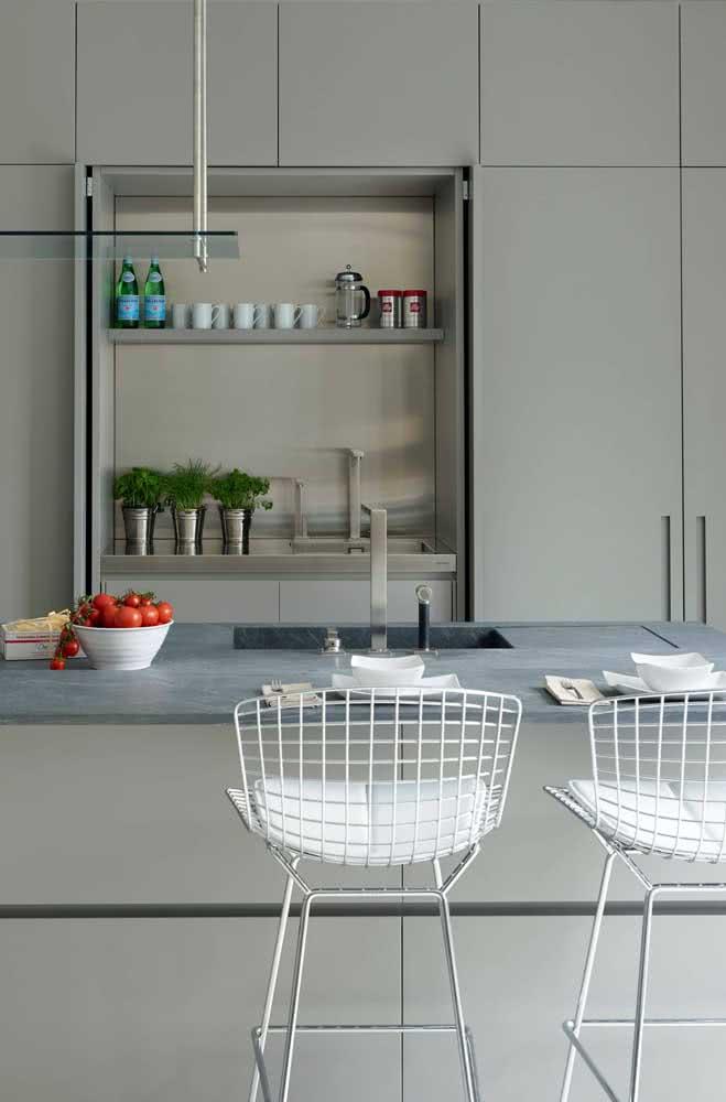 A cadeira Bertoia cromada fica perfeita em cozinhas modernas industriais