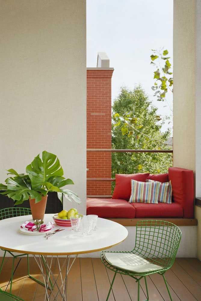 Cadeira Bertoia verde para trazer cor para a varanda pequena
