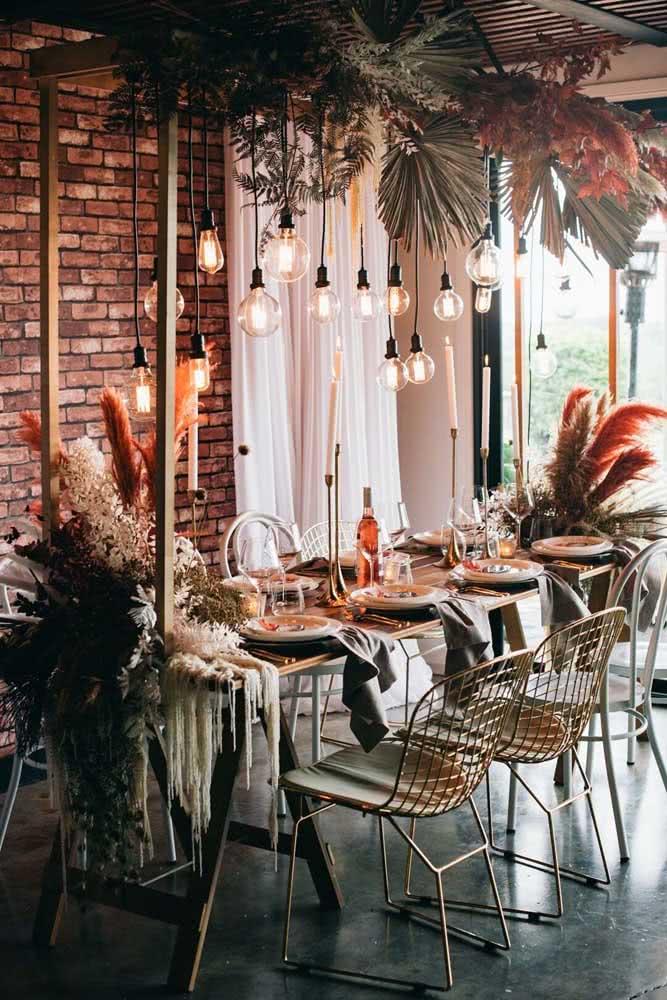 Cadeira Bertoia dourada para abrilhantar a mesa posta do jantar