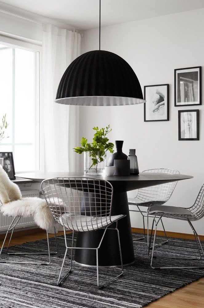 A sala de jantar preta e cinza apostou na cadeira Bertoia cromada