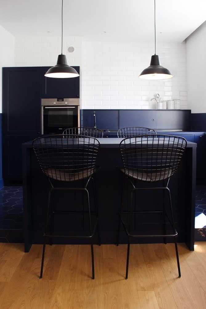 Os móveis azuis ajudam a destacar a cadeira Bertoia preta