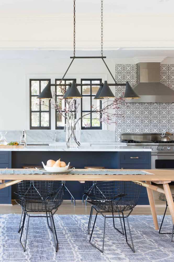 Poltrona Bertoia preta na sala de jantar ajudando a compor a paleta de cores do ambiente