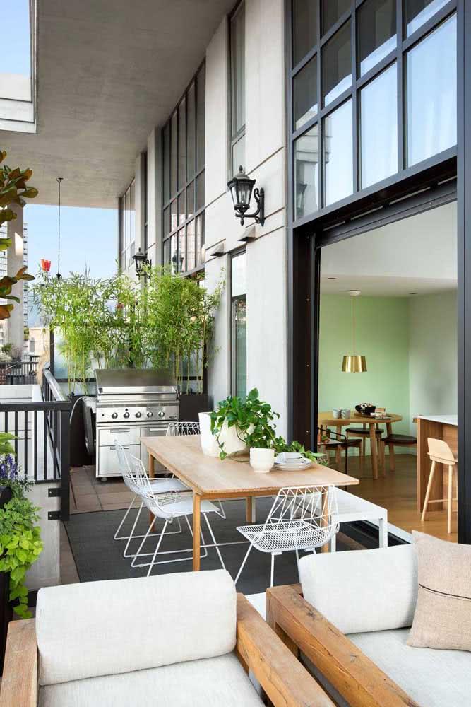 A varanda ampla e de pé direito alto tem espaço de sobra para a churrasqueira a gás