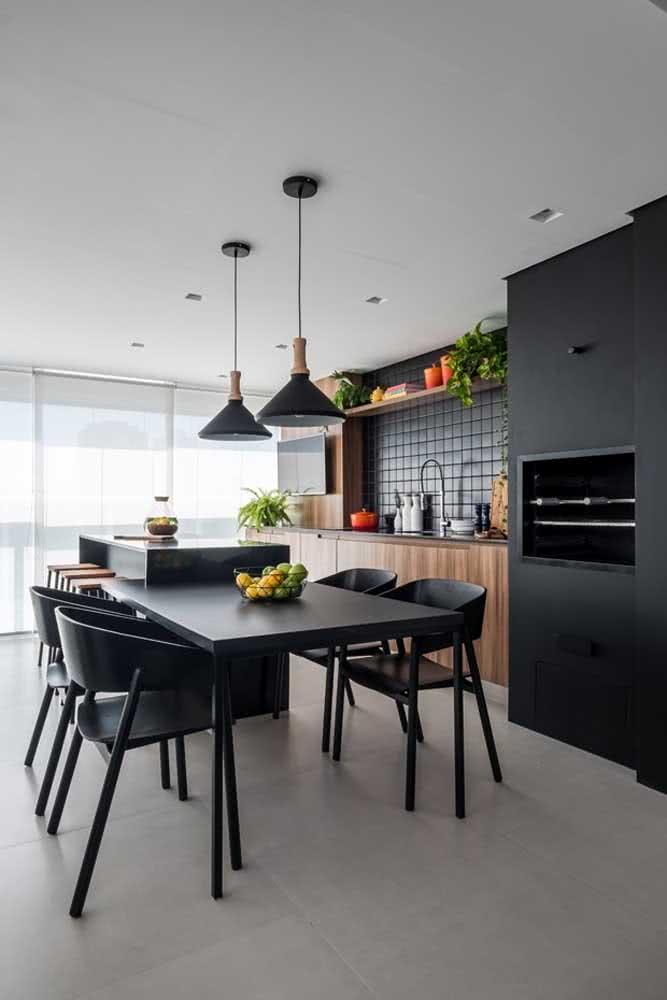 Uma churrasqueira preta para combinar com a decoração da varanda gourmet