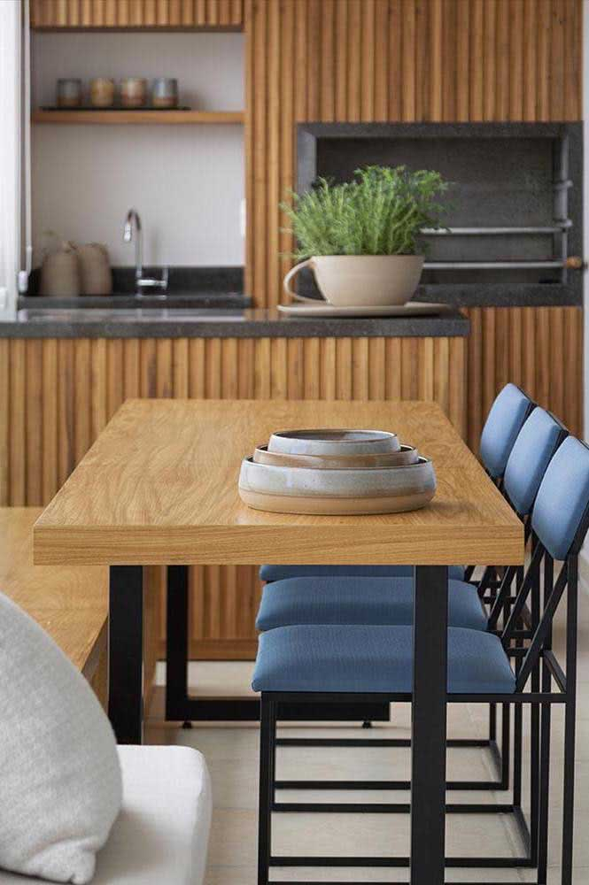 E o que acha de um painel de madeira para revestir a área da churrasqueira?