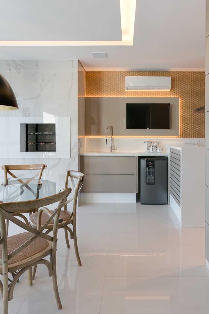 Área para churrasqueira no apartamento com decoração clean e moderna