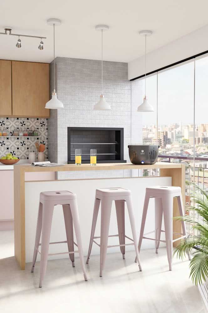 Varanda gourmet de apartamento com churrasqueira embutida com capacidade para servir toda família e convidados