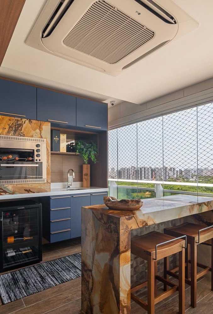Varanda gourmet de apartamento completa com churrasqueira, pia e frigobar