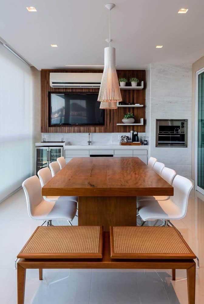 O revestimento de mármore garante o toque final para a churrasqueira do apartamento