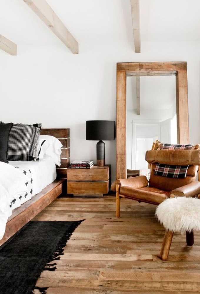 Quarto rústico de casal decorado com diversos elementos em madeira
