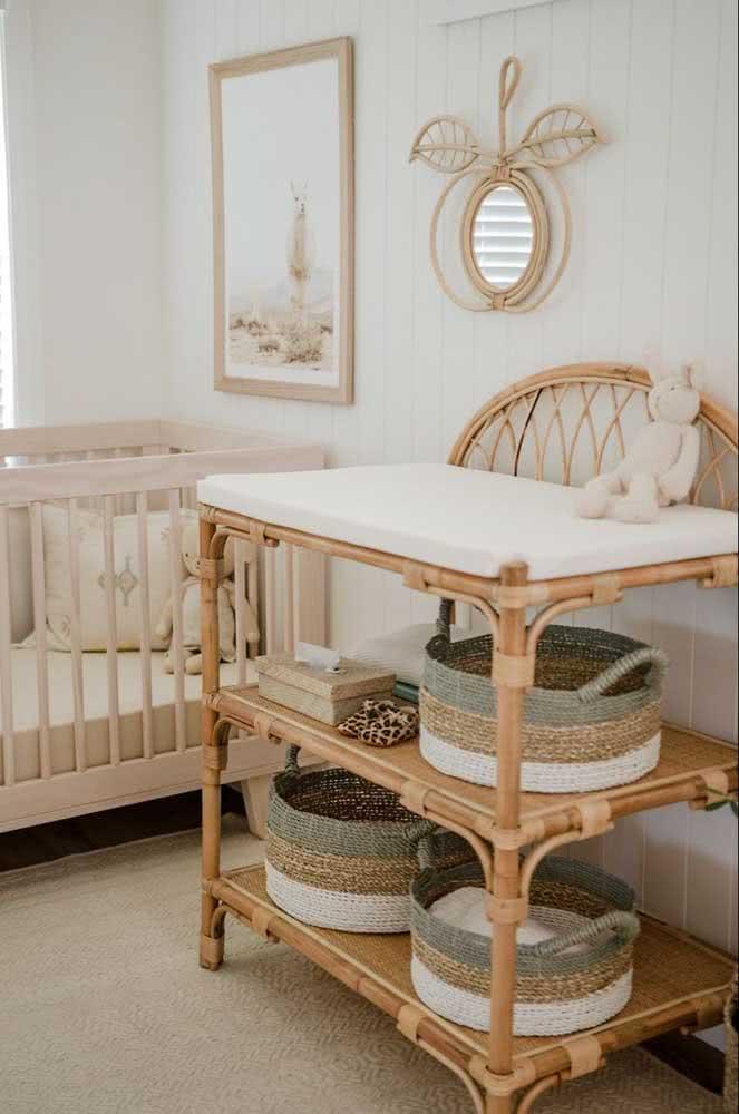 Quarto rústico de bebê decorado com móvel de vime e cestos de palha