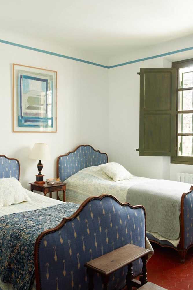 Camas de madeira e roupa de cama azul para uma decoração rústica em estilo colonial