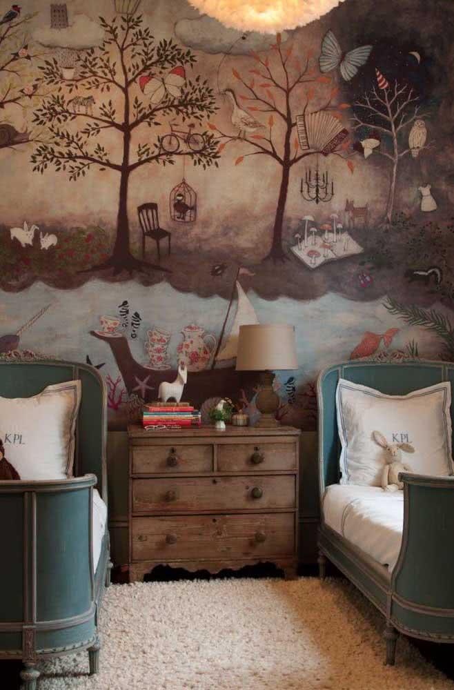 Aqui nesse quarto rústico infantil quem se destaca é o papel de parede