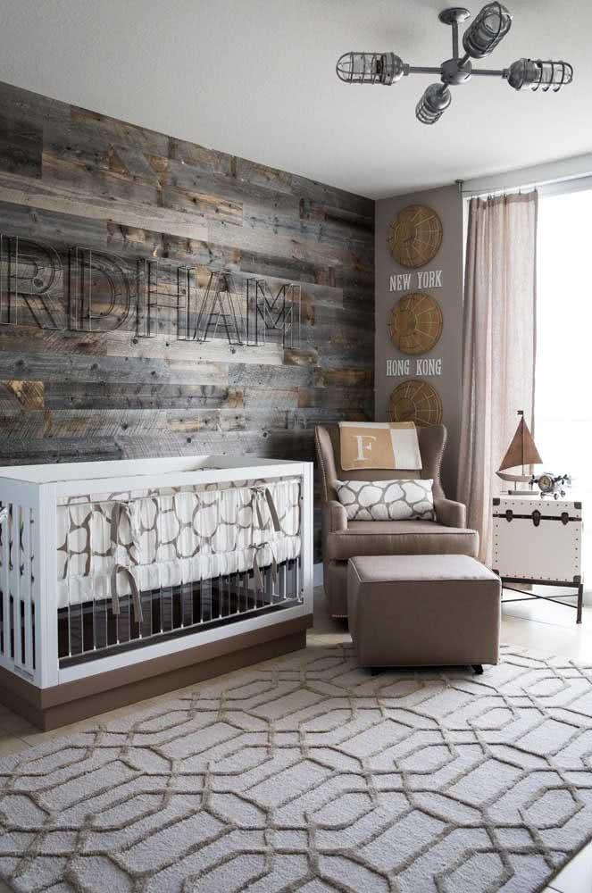 Já no quarto de bebê rústico a opção foi pelo painel de madeira