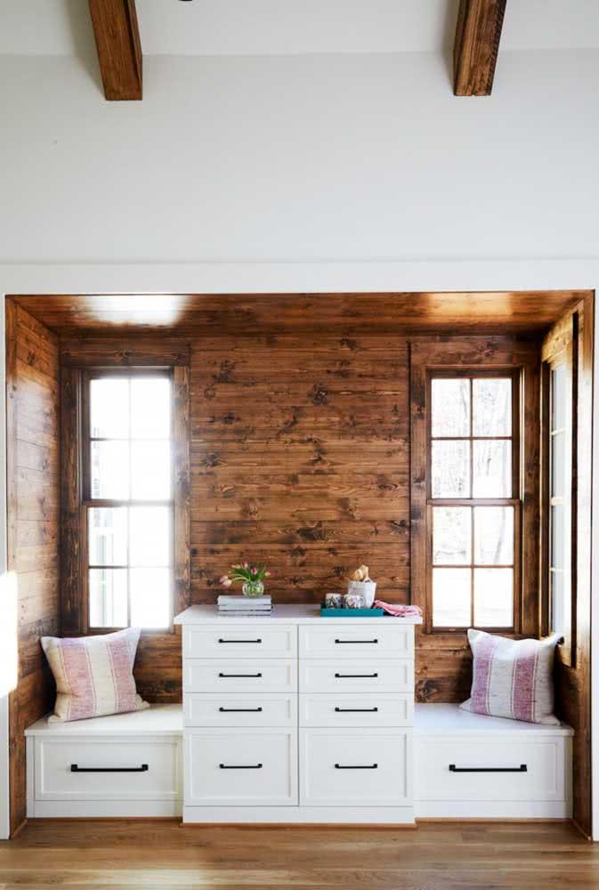 Móveis brancos para destacar a parede de madeira