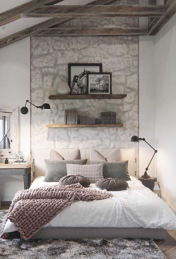 Os tons de cinza ajudam a deixar o quarto rústico um pouco mais moderno