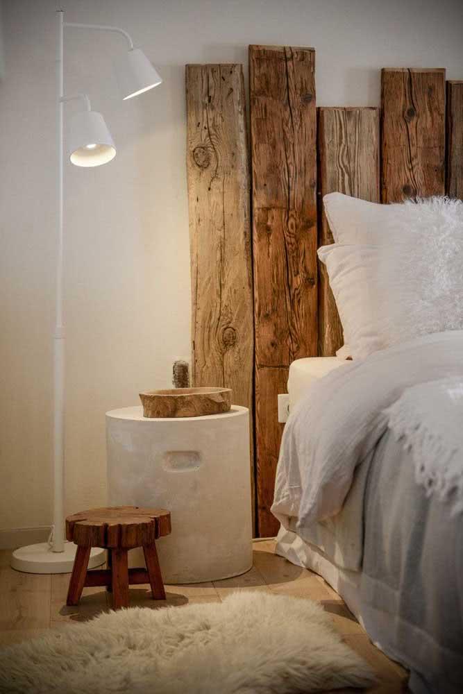 Quarto rústico moderno de casal com cabeceira de ripas de madeira
