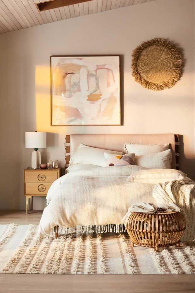 Decoração de quarto rústico de casal com paleta de cores claras e tecidos de fibras naturais