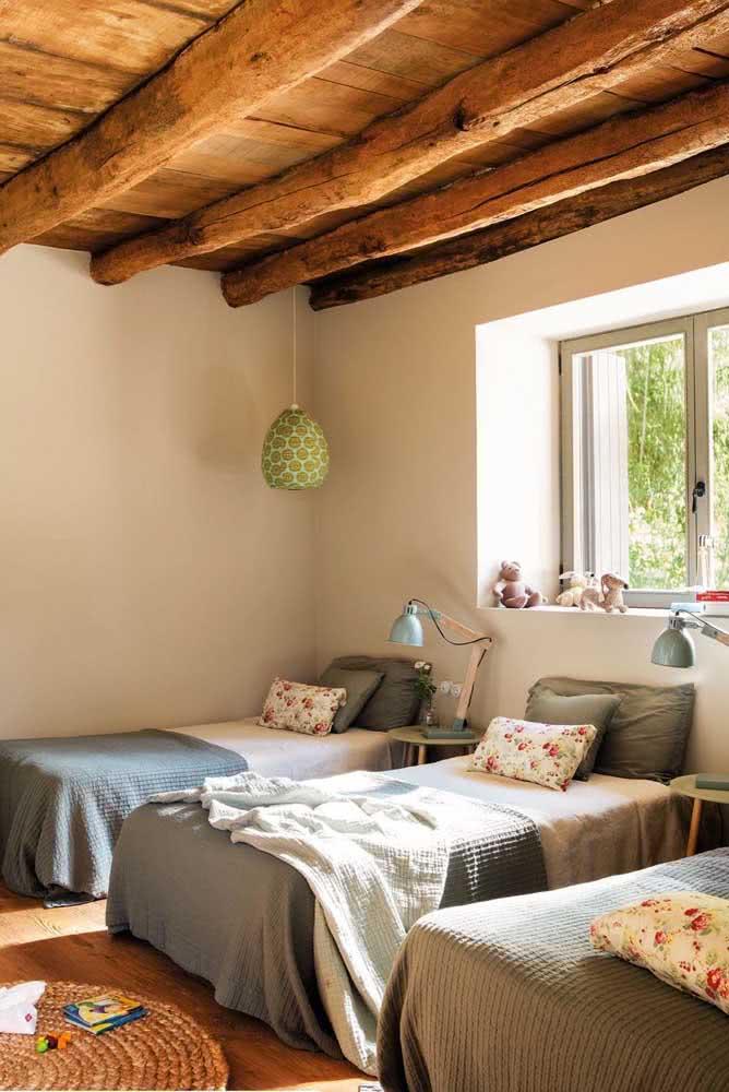 As estampas florais e o tapete de sisal garantem o charme dessa decoração de quarto rústico