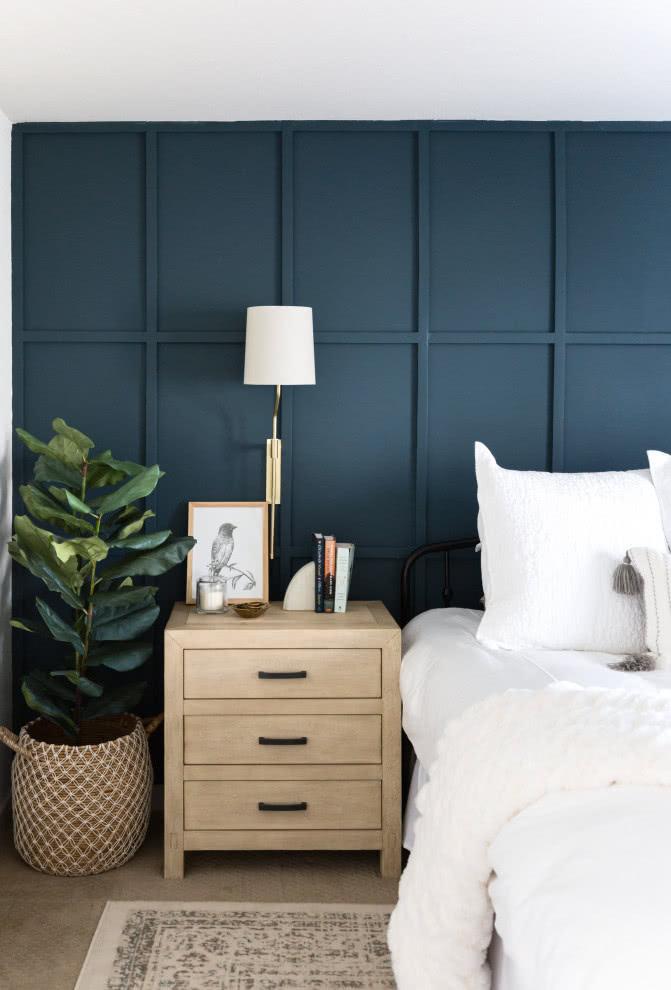 Que tal uma parede azul incrível para o quarto rústico?