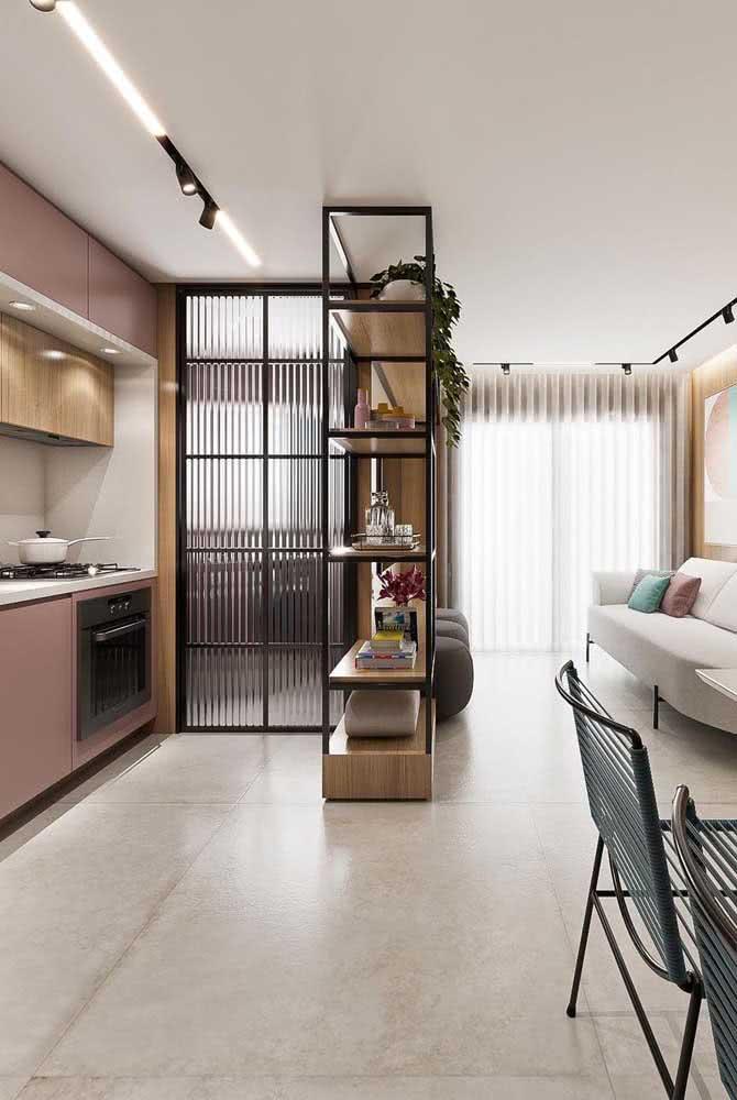 """O vidro canelado é perfeito para """"esconder"""" alguns ambientes da casa"""