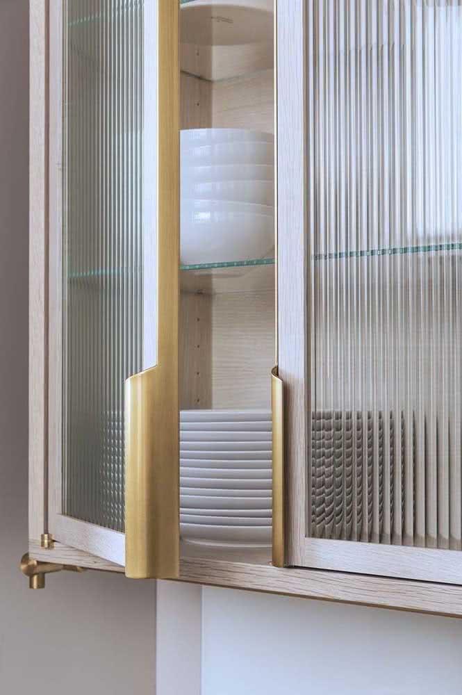 Vai fazer armário planejado para a cozinha? Então aposte no uso do vidro canelado para as portas