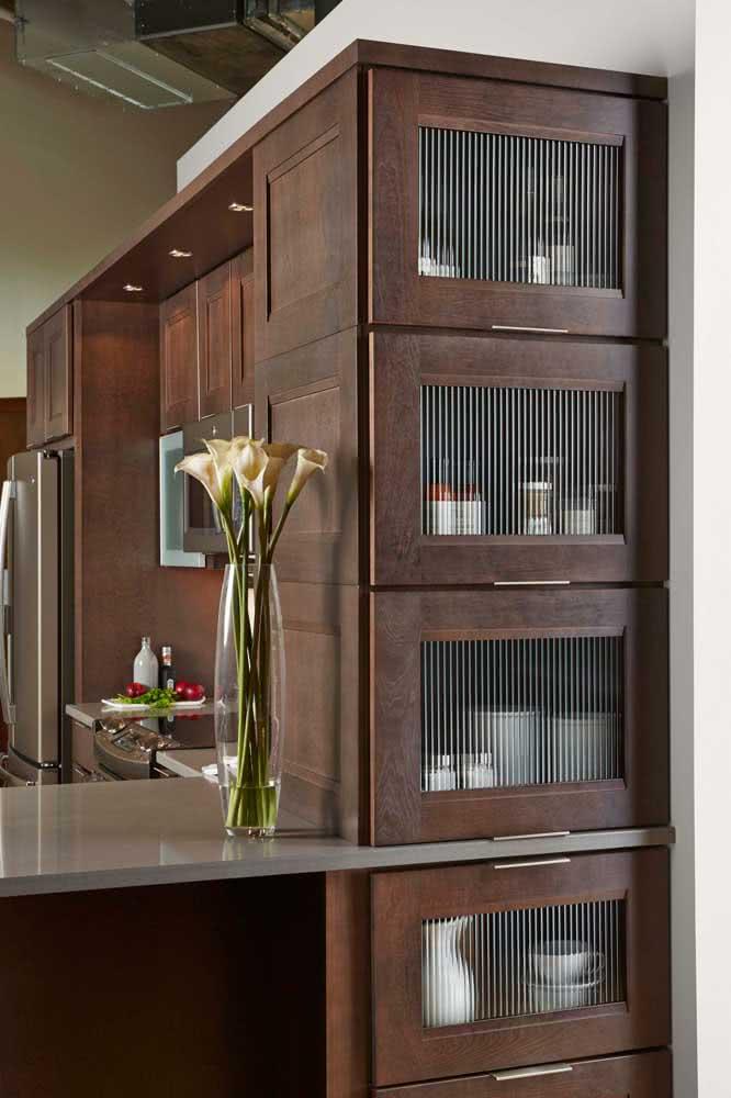 Perfeita combinação entre a madeira maciça e o vidro canelado