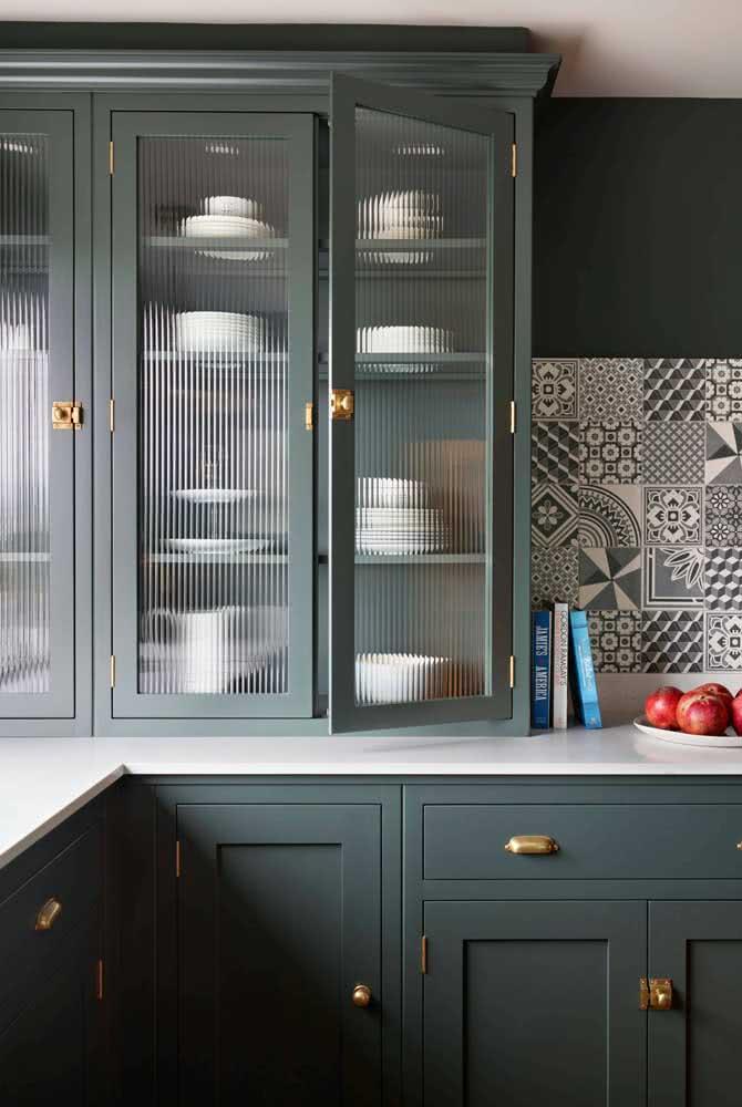 Armário de marcenaria clássica com vidro canelado nas portas. Uma dupla incrível!